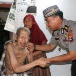 Salim Terisak Terima Bantuan Zakat Personil Polda Banten