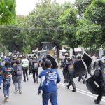 Bubarkan Aksi Massa 1812 di Jakarta, Seorang Polisi Kena Bacok