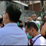 Polisi Dihadang Puluhan Laskar FPI Saat Datangi Rumah Rizieq Sihab