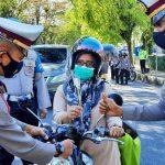 Polisi Lantas Padang Panjang Bagikan Bunga kepada Pengendara